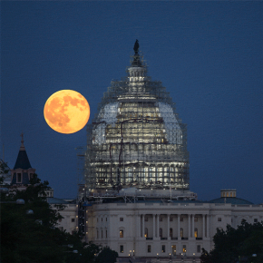 RT @nasahqphoto: Animated #gif from last night's full moon over the U.S. Capitol. #BlueMoon #BlueMoo...