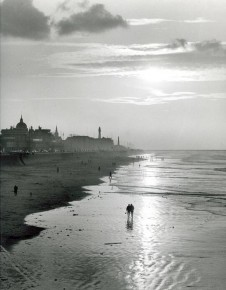 RT @Jopolkadot: Summers' End... Photo by Kees Scherer Scheveningen Beach The Hague 1957. http://t.co...