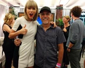 RT シンセサイザー名機・名演bot @DreamingChick: Taylor Swiftは特注の白Prophet 12使ってたりして、Dave Smith爺と親密っぽくて良い http://t....