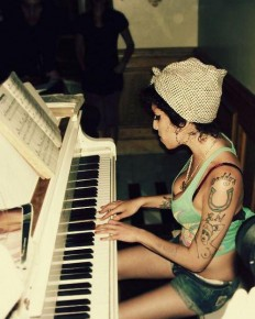 RT @historyofsound: Amy Winehouse playing piano. http://t.co/RKnK2TFrVn