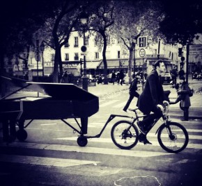 RT @BrentToderian: So many reasons to like this - @klavierkunst pulling his piano by bike to play &q...