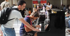 RT @KawaiPianos: Two strangers improvise a #piano duet in a Parisian train station https://t.co/z33q...
